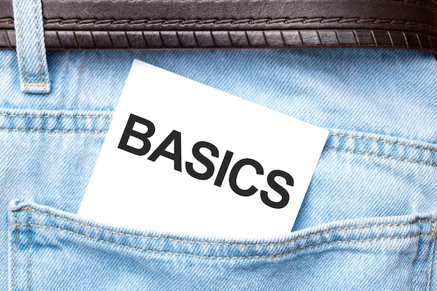 청바지 주머니에서 튀어나온 백지에 basics 단어. 비즈니스 개념입니다.