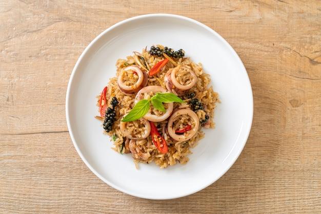 Жареный рис с базиликом и пряными травами с кальмарами или осьминогом