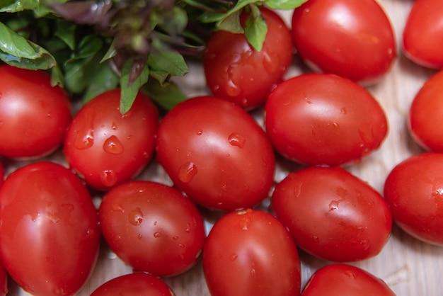 テーブルの上のバジルとトマト