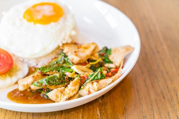 Жареный цыпленок с базиликом и жареное яйцо с рисом