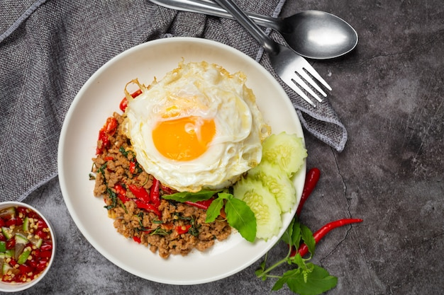 Maiale tritato al basilico con riso e uovo fritto