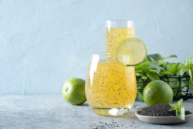 ガラスのライムとオレンジジュースとバジルの種の飲み物。閉じる。