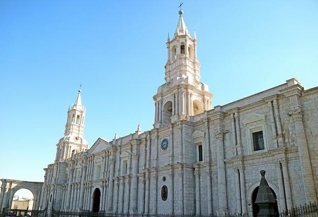 페루 아레키파 아르마스 광장의 화려한 랜드마크인 아레키파 대성당 대성당