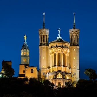 夜のフランス、リヨンのノートルダム大聖堂