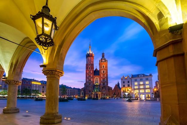 日没時のクラクフ織物会館から見た中世のメインマーケット広場にある聖マリア大聖堂、クラクフ