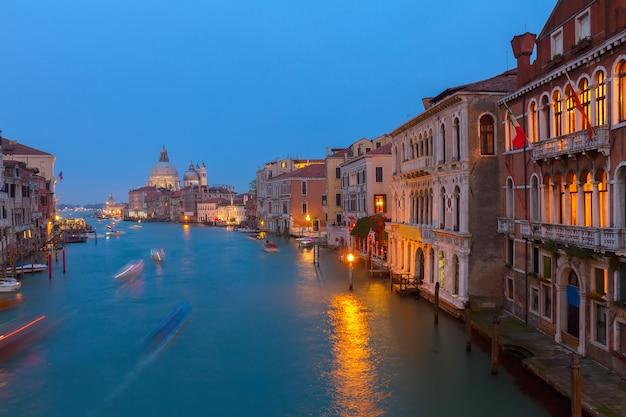 Базилика санта-мария-делла-салюте и гранд-канал синей ночью, венеция, италия