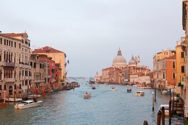 Базилика санта-мария-делла-салюте и вода гранд-канала на закате, венеция, италия