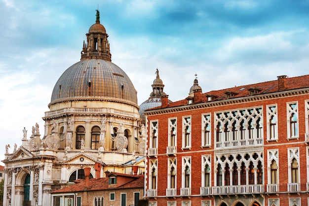 Базилика санта-мария-делла-салюте на гранд-канале в солнечный день. венеция, италия