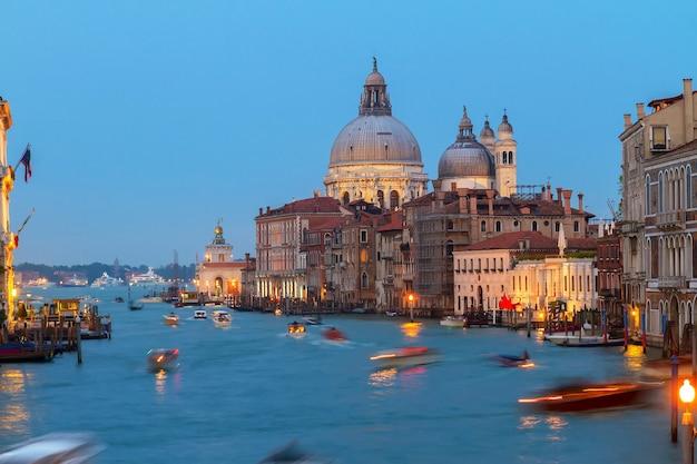 Базилика санта-мария-делла-салюте ночью, венеция, италия