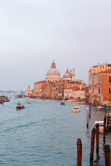 Базилика санта-мария-делла-салюте над водой на закате, венеция, италия