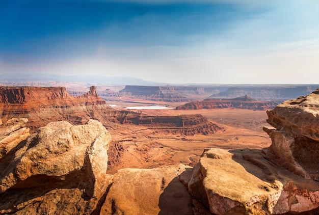 ユタ州モアブのデッドホースポイント州立公園の盆地を見下ろす