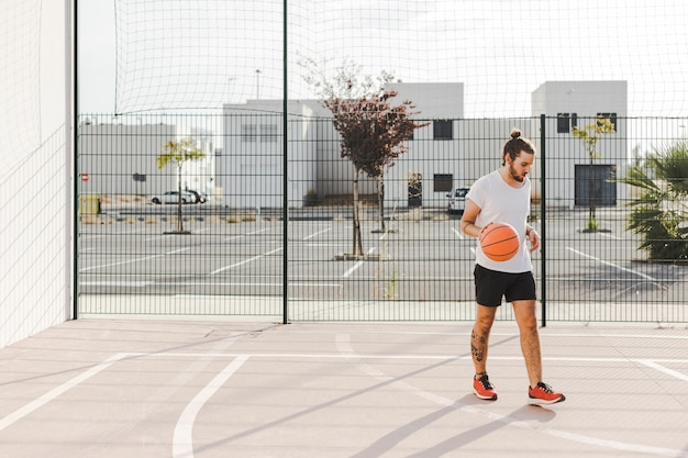 裁判所に立っているbaskeballプレーヤーの肖像