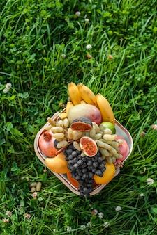 バスケットと新鮮な果物の盛り合わせ。