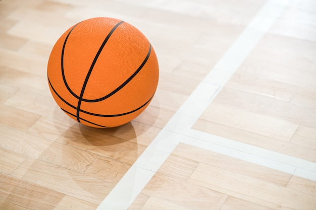 농구. 바닥에 공의 사진을 닫습니다