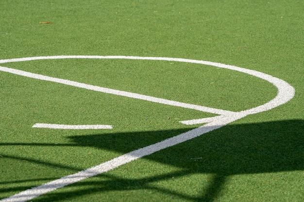 녹색 잔디 그라운드, 인조 잔디 및 흰색 라인이 있는 바스켓 볼 코트