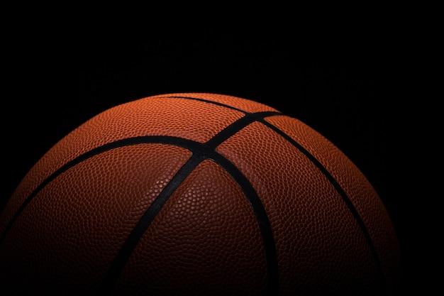 黒の背景の上のバスケットボール