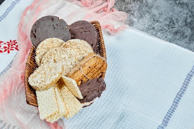 Cesto di biscotti con tovaglia.
