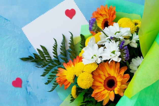 Корзина-букет из гербер с хризантемами с сердечками и пустой нотой.