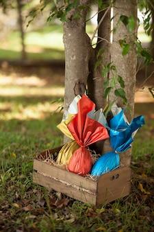 Cesto di uova di pasqua brasiliane sotto un albero