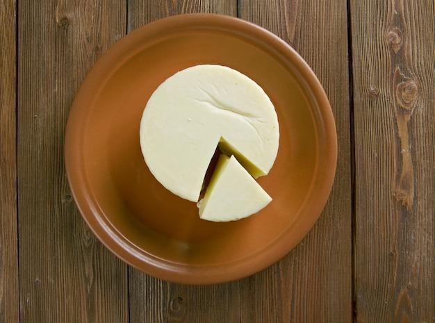 バスケットチーズは、新鮮または乾燥した牛乳から作られたアラビア風のセミソフトチーズです。