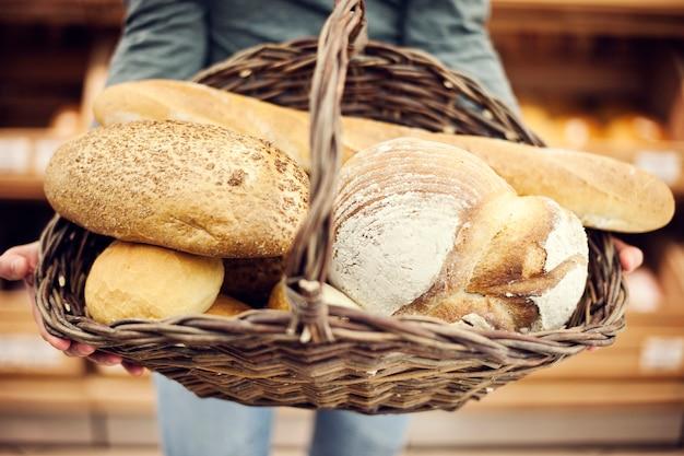Pane da forno riempito con cestino