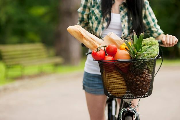 バスケットいっぱいの果物と野菜
