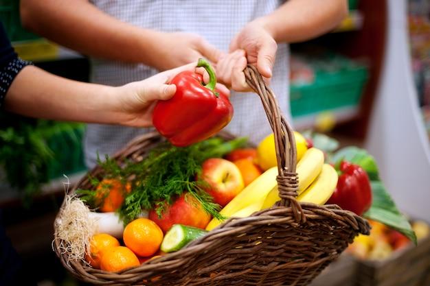 Cestino pieno di cibo sano