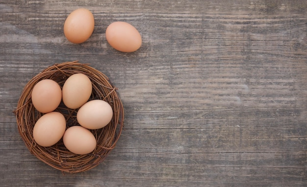 바구니 신선한 유기농 계란 건강한 라이프 스타일 나무 배경
