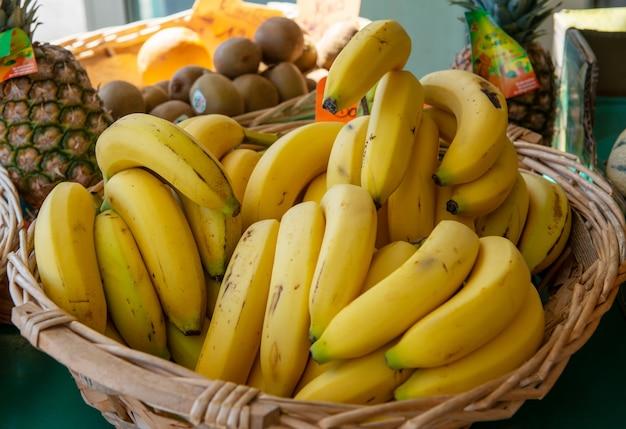市場のバナナのバスケット