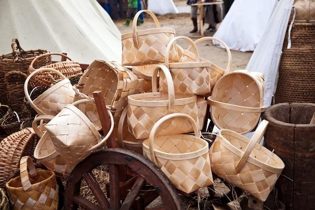 市場に出回っている白樺の樹皮のバスケット。古代の再建