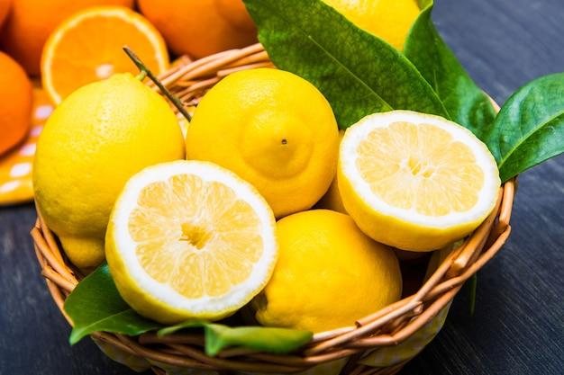신선한 레몬과 오렌지 바구니