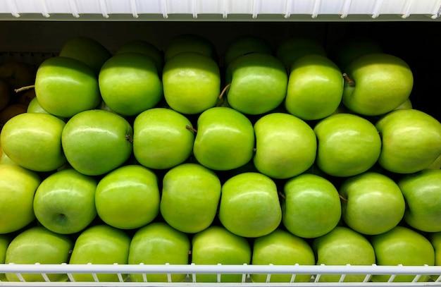 식료품점에 있는 녹색 사과 바구니