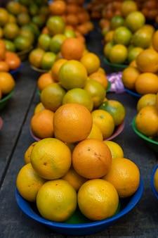 野外市場でのオレンジのバスケット。