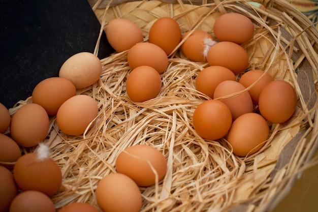 農村のファーマーズマーケットでの有機卵のバスケット