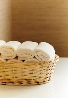 Корзина чистых белых полотенец