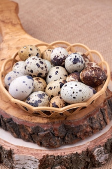 ウズラの卵のバスケット。静物イースター構成。
