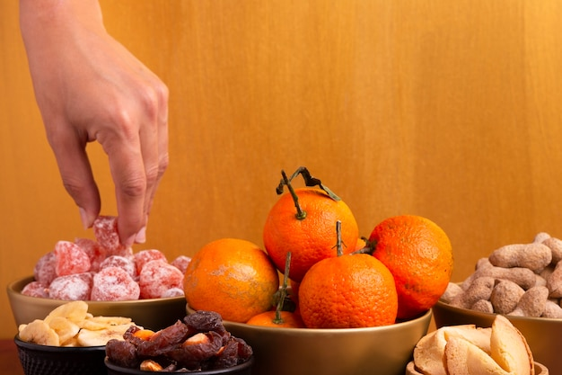 Корзина с мандаринами с китайскими новогодними деликатесами
