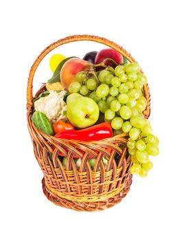 白で隔離の野菜や果物のバスケット