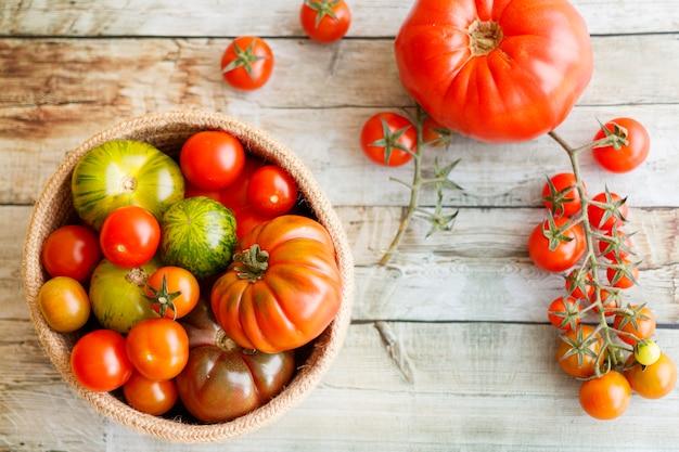チェリー、エアルーム、ゼブラなどのさまざまなトマトが入ったバスケット