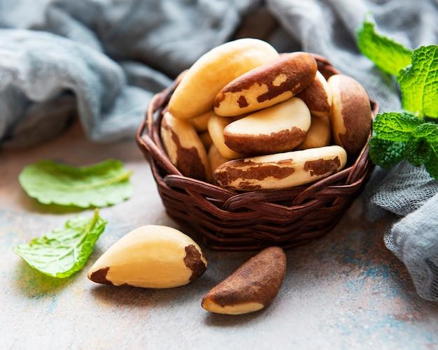 Корзина с бразильскими орехами на сером бетонном столе