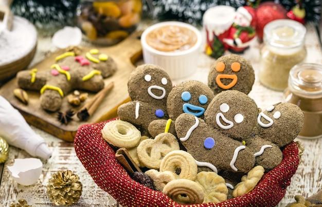 クリスマスのクッキーが入ったバスケット、グレースで着色されたジンジャーブレッドマン、自家製のクリスマスキャンディー