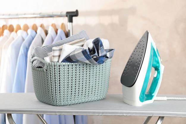 깨끗 한 세탁 및 다리미 판에 철 바구니
