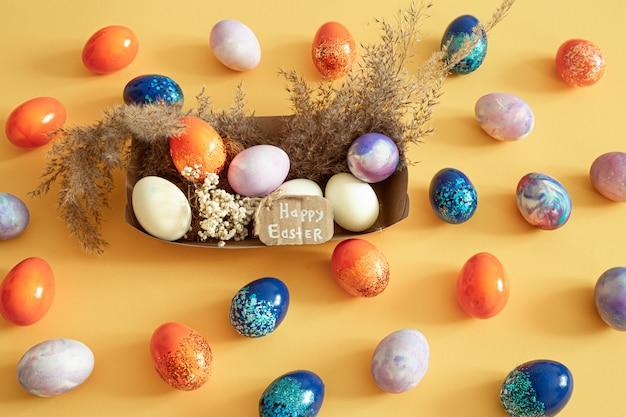 Корзина с пасхальные яйца на цветной изоляции.