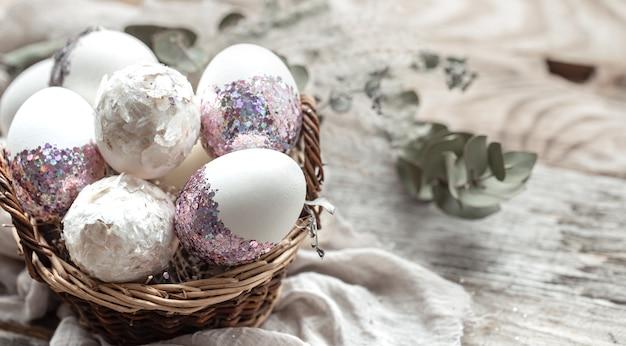 卵とドライフラワーのバスケット。イースターエッグを飾るための独創的なアイデア。