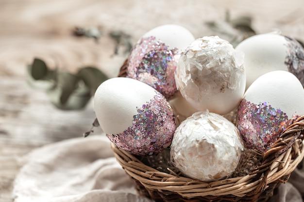 Cestino con uova e fiori secchi. un'idea originale per decorare le uova di pasqua.