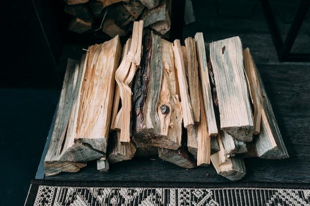木製の背景に薪のバスケット