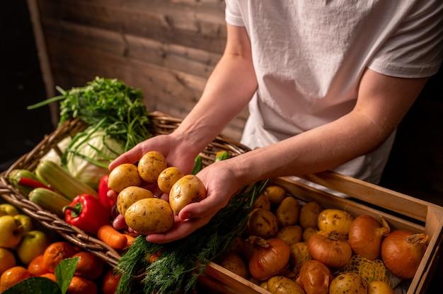 新鮮な果物と野菜のバスケット健康食品天然の果物と野菜