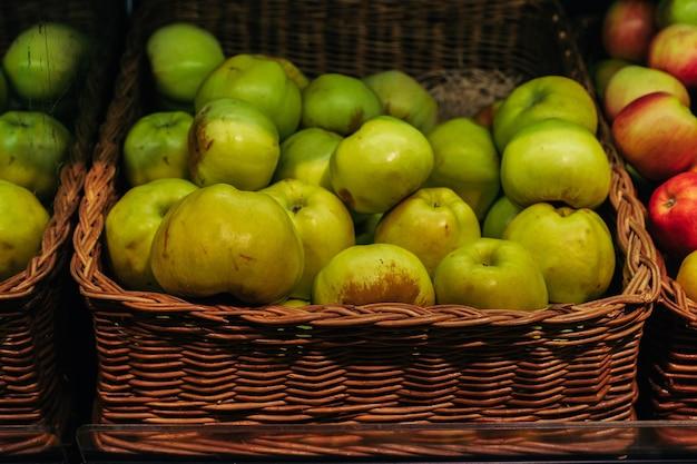 식료품점에 신선한 녹색 사과가 든 바구니 선택적 초점이 있는 이미지 고품질 사진