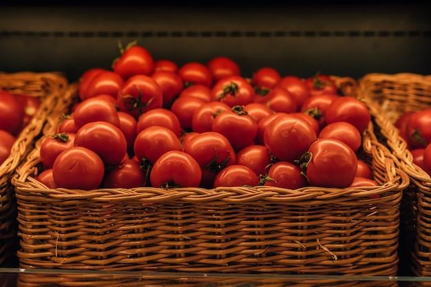 食料品店の新鮮な赤いトマトのバスケット選択的な焦点の画像
