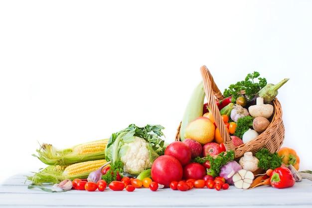 Корзина со свежими овощами и фруктами. здоровое питание.